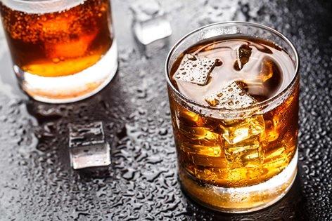 Lạm dụng rượu bia là nguyên nhân phổ biến gây đổ mồ hôi đêm ở nam giới